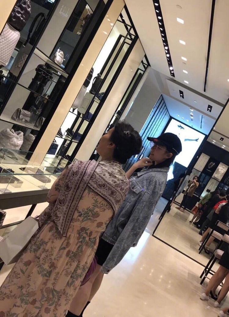 Lưu Diệc Phi từng tiết lộ dù được thừa hưởng nhan sắc của mẹ mình, song cô là người xấu nhất nhà. Bà Lưu Hiểu Lợi là diễn viên múa nức tiếng khi còn trẻ.