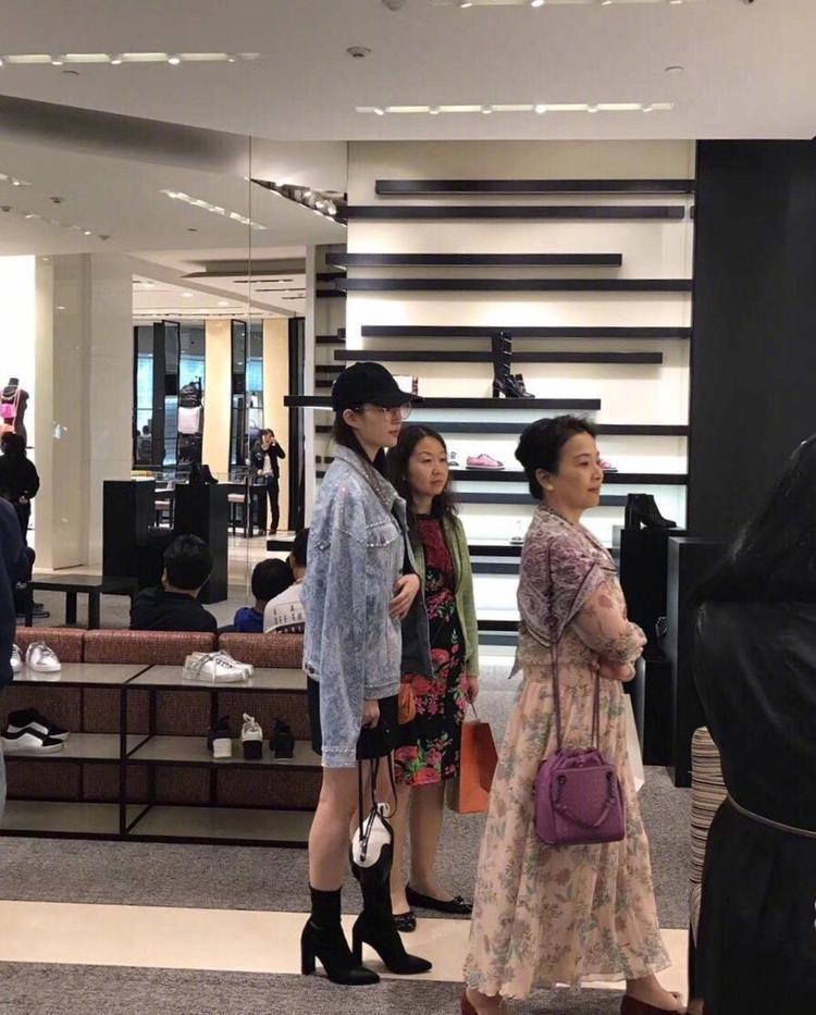 Ngày 7/10, truyền thông Trung Quốc chia sẻ hình ảnh Lưu Diệc Phi cùng với mẹ mình là bà Lưu Hiểu Lợi đi mua sắm tại một trung tâm thương mại tại Thượng Hải. Hai mẹ con xinh đẹp khiến người hâm mộ không rời mắt khỏi họ. Trong ảnh, họ tranh thủ shopping trước khi tới dự buổi công diễn của người dì ruột.