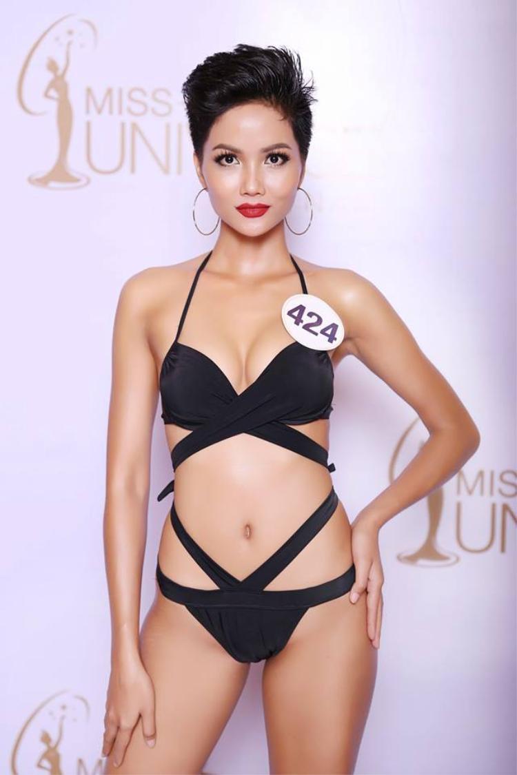 H'Hen Niê táo bạo với bộ bikini cut out khoe 3 vòng quyến rũ.