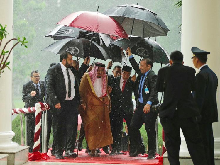 Đoàn gồm 10 bộ trưởng, 25 hoàng tử, 800 đại biểu, đến Indonesia trên 36 chuyến bay khác nhau trong 3 tuần. Khoảng 100 vệ sĩ lúc nào cũng túc trực bên cạnh ông.Một nhà vệ sinh đặc biệt còn được xây riêng cho vua Salman ở một thành đường. Ghế ngồi của ông tại Hạ viện Indonesia được thiết kế riêng.