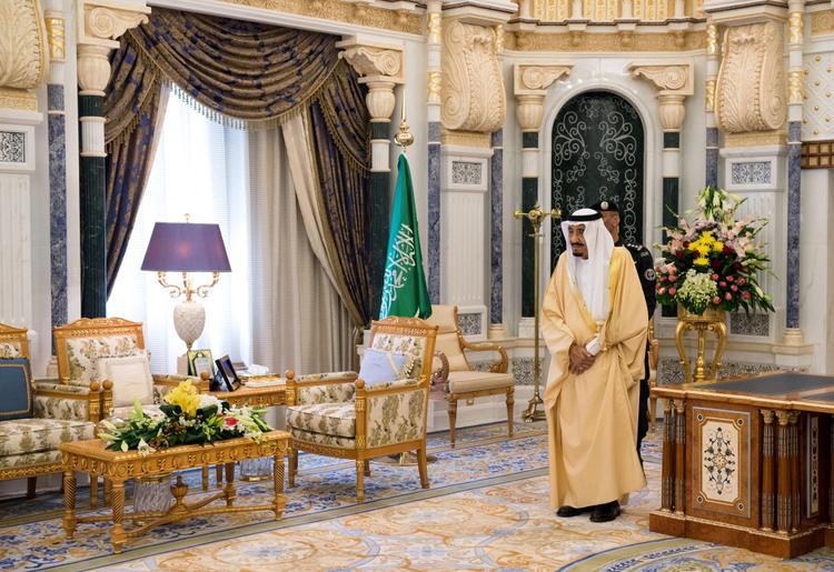 Quốc vương Salman tiếp quản vương quốc giàu mỏ này năm 2015, có khối tài sản ước tính trị giá khoảng 17 tỷ USD. Ông là một trong những nhà vua giàu nhất thế giới. Trước đây, anh trai của ông, quốc vương tiền nhiệm Abdullah, có khối tài sản khoảng 18 tỷ USD.