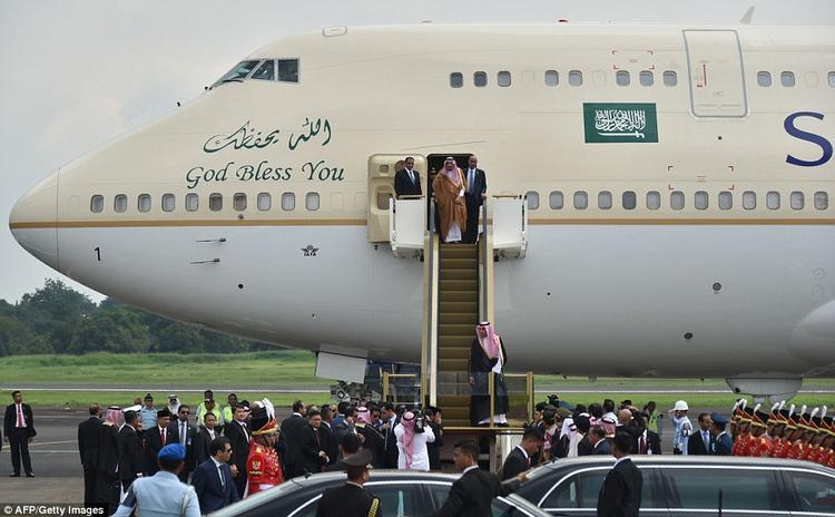 Không chỉ nổi tiếng với khối tài sản lớn, nhà vua còn được biết đến với lối sống và phong cách tiêu dùng đẳng cấp. Ông sử dụng chuyên cơ riêng, có thang máy dát vàng.Trong chuyến đi nghỉ dưỡng ở Bali, Indonesia hồi tháng ba, khi chiếc máy bay dát vàng của quốc vương đáp xuống sân bay quốc tế Ngurah Rai, 39 chuyến bay quốc tế và nội địa khác phải hoãn lại. Đường băng phải đóng gần một giờ.