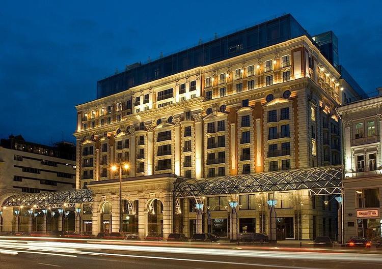 Trong chuyến thăm chính thức Nga mới đây, vua Salman mang theo đoàn tuỳ tùng 1.000 người, hơn 400 tấn hành lý và 800 kg thực phẩm. Đoàn tháp tùng của nhà vua nghỉ tại hai khách sạn 5 sao là Ritz Carlton và Four Seasons. Ước tính tổng chi phí thuê khách sạn trong 4 ngày là 3 triệu USD.Ngoài ra, nhà vua còn mang hành lý riêng bao gồm thang cuốn bằng vàng, đồ nội thất, hai xe Mercedes Benz S600.Một số thành viên trong đoàn tuỳ tùng còn thay thế nhân viên khách sạn bằng nhân viên riêng, để cà phê được pha theo đúng vị Arab.