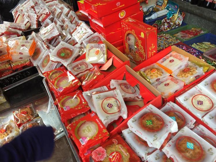 Tràn lan các loại bánh trung thu được bày bán ở phố Trương Định.
