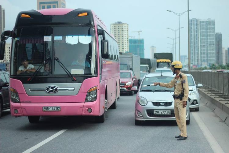 Vụ tai nạn khiến tuyến đường trên cao ách tắc.