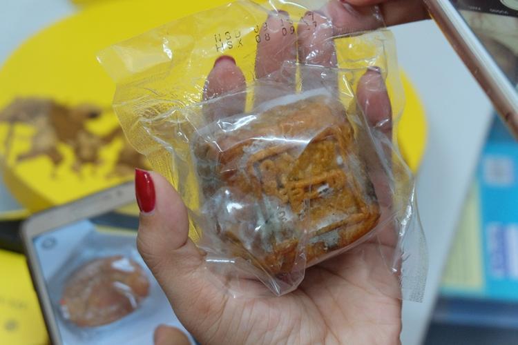 Trên hộp bánh có ngày sản xuất và hạn sử dụng.