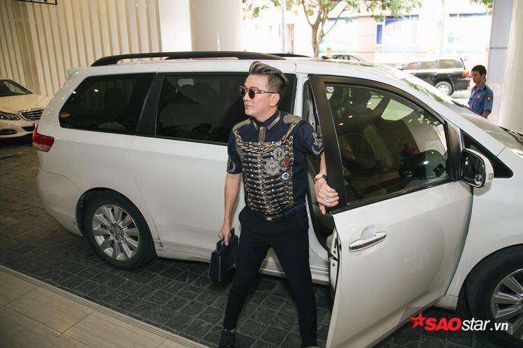 Đàm Vĩnh Hưng xuất hiện bên siêu xe.