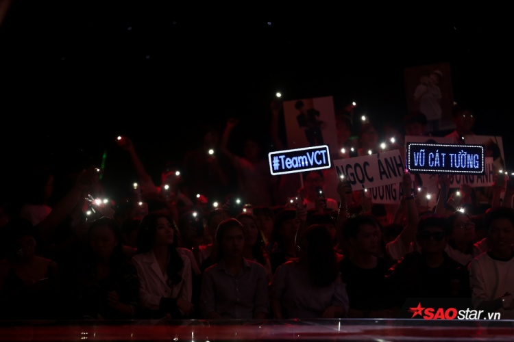 Khán giả tại trường quay bật sáng điện thoại để cổ vũ cho các thí sinh.