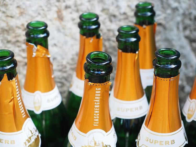 Ở Nga, đặt chai rỗng trên mặt đất được coi là một điều may mắn. Quan niệm mê tín này có nguồn gốc từ một giai thoại liên quan đến binh lính Nga thế kỷ 19. Theo Moscow Times, trong thời gian ở Paris, họ có thể tiết kiệm tiền mua rượu bằng cách giấu chai rỗng nền đất thay vì để trên bàn, bởi nếu không họ sẽ bị tính tiền nếu để chai lại sau khi uống.