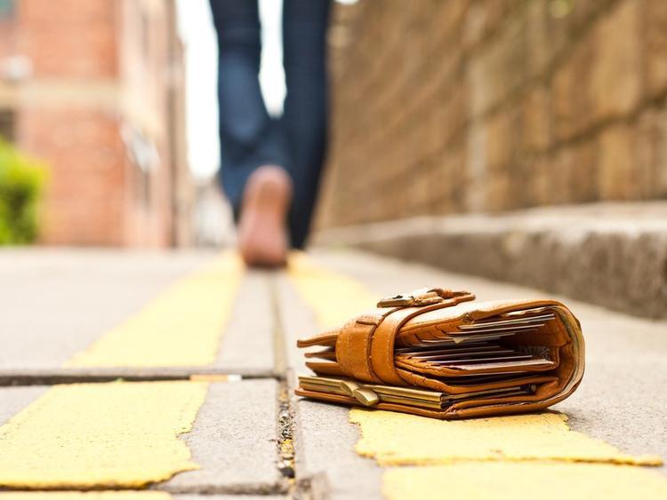 Ở Brazil, đánh rơi ví tiền xuống đất là điềm xui báo hiệu bạn sắp có sự cố về tài chính. Điều mê tín này khá phổ biến ở các nước Nam Mỹ và Philippines.