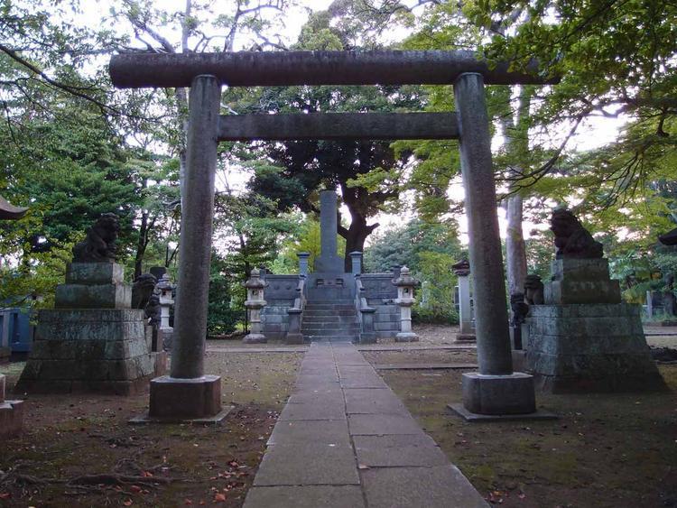 """Người Nhật thường giấu ngón tay tay cái, bằng cách nắm tay và để ngón tay cái bên trong, khi đi qua các nghĩa trang. Lý do rất đơn giản. Trong tiếng Nhật, từ """"thumb"""" (ngón cái) được dịch thành """"ngón tay cha mẹ"""". Hành động giấu ngón tay cái được cho là giúp các linh hồn người chết không thể tiếp cận và giúp bảo vệ cha mẹ mình."""