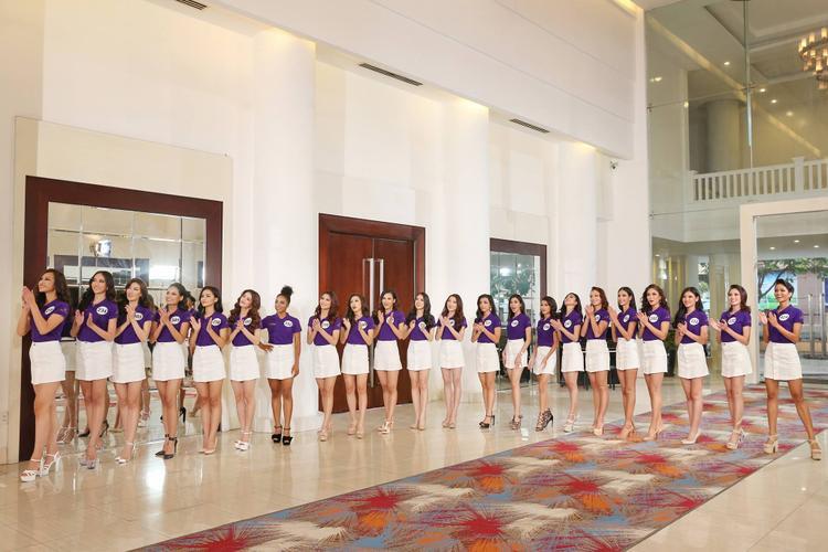 """Các cô gái của """"Hoa hậu Hoàn vũ Việt Nam 2017"""" đối mặt với thử thách thể hiện bản lĩnh, sự tự tin."""