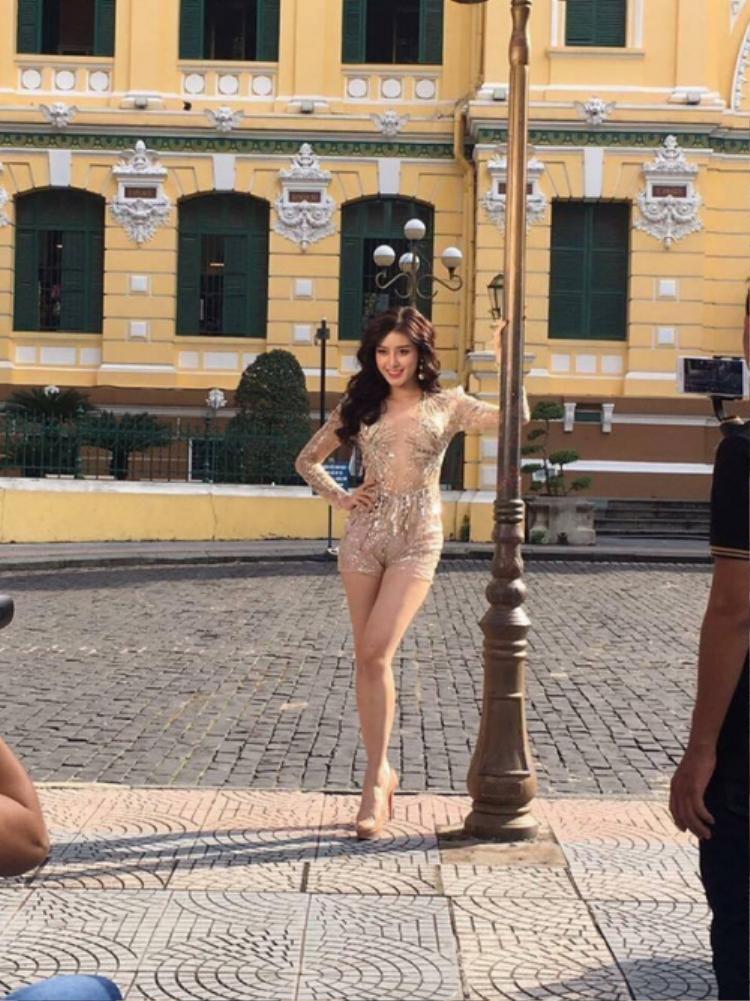 Á hậu Việt Nam 2014 lộ khuyết điểm với trang phục ôm sát cơ thể, tạo dáng bên cột đèn ở ngày thi thứ 2.