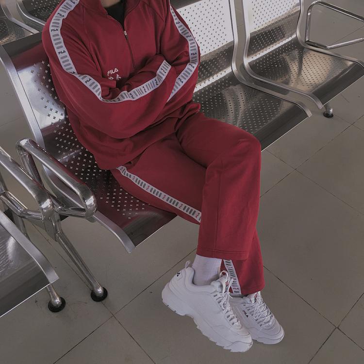 Fila vẫn chưa hề lỗi nhịp với các fashionista. Những bộ đồ thể thao của thương hiệu này đang rất được lòng các tín đồ thời trang.