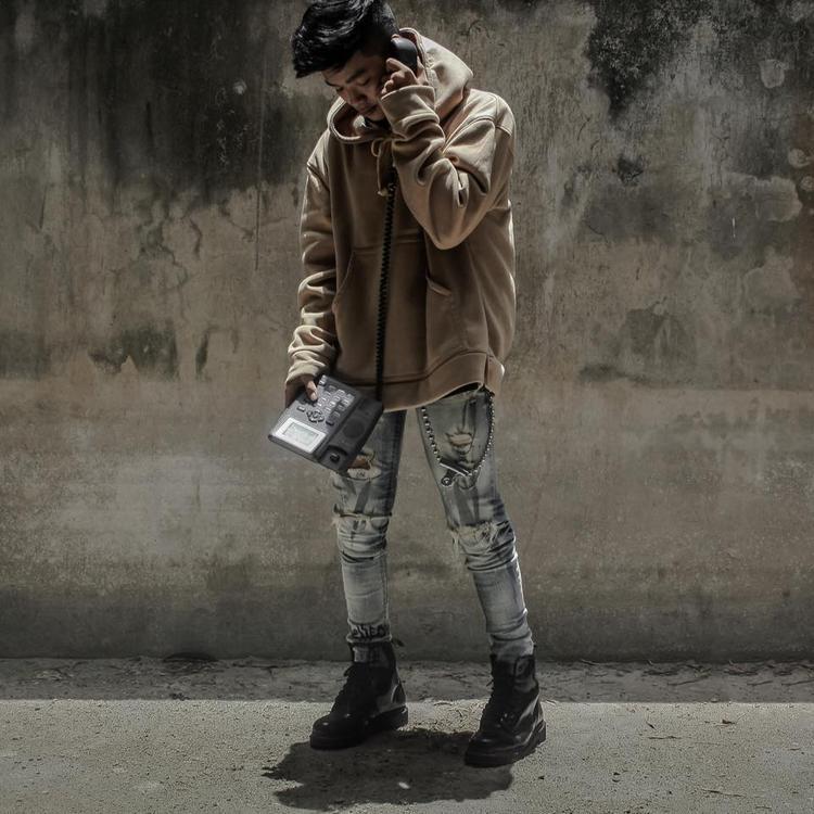 Hoodie over size, jean wax và giày sneaker vẫn là công thức đinh được các chàng trai năng động lựa chọn mà không biết chán.