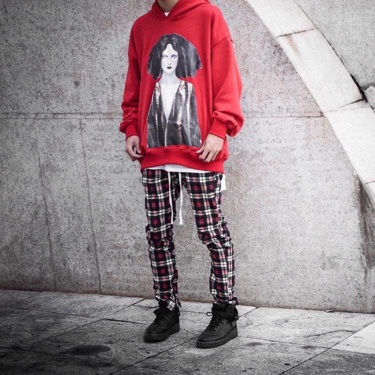 Không gì có thể làm khó các tín đồ thời trang thực thụ. Anh chàng này là một ví dụ điển hình khi mix&match quần họa tiết với áo hoodie gam màu sáng nhưng không rối mắt.