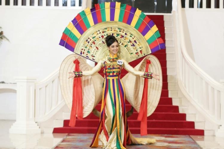 Diện thiết kế lấy ý tưởng từ áo dài và nón lá, Lê Thanh Tú (sinh năm 1996) xuất sắc giành chiến thắng trong thử thách đầu tiên - catwalk với trang phục truyền thống. Đây cũng là quốc phục sẽ đồng hành cùng Hoa hậu Hoàn vũ Việt Nam 2017 tại cuộc thi quốc tế sắp tới. Thanh Tú đến từ Hà Nội. Cô cao 1,67 m, số đo 82-63-90.