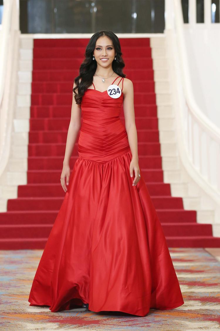 Thiết kế gam đỏ với phần nhún vải ở vòng eo không tôn vóc dáng người mặc.