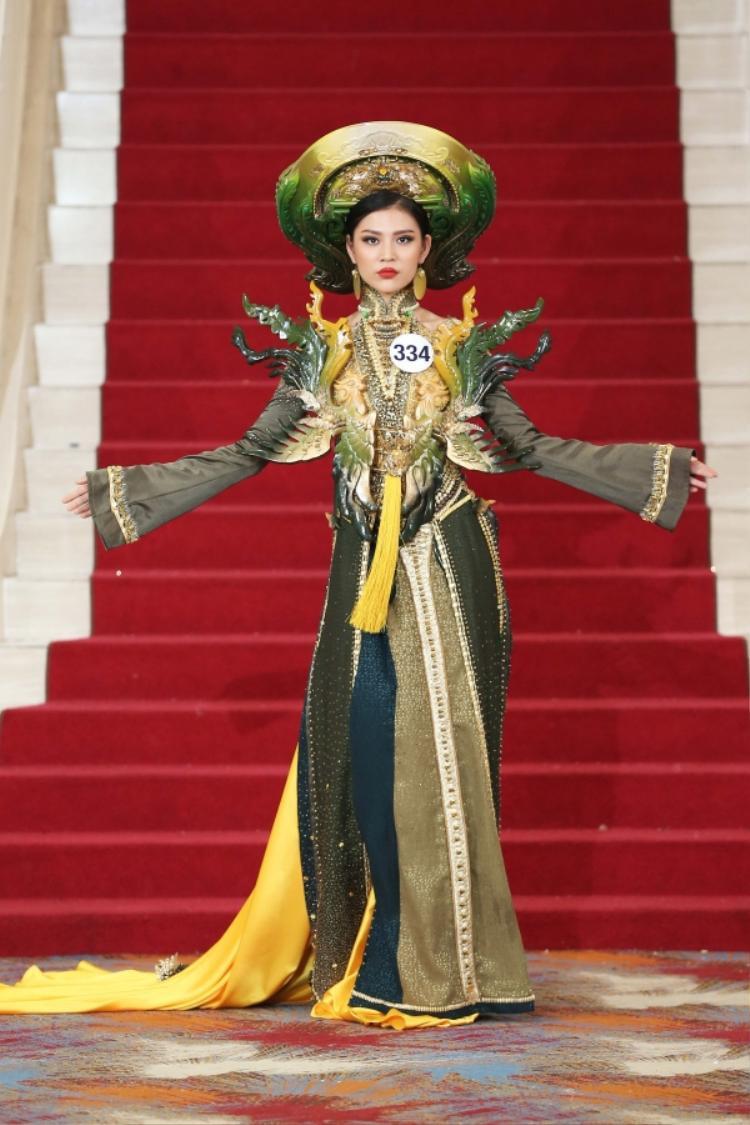 Cùng diện chung bộ quốc phục với Hoàng Thuỳ, nhưng Chúng Huyền Thanh lại chưa đủ kinh nghiệm để xử lý những chi tiết rườm rà. Cô lúng túng trên sàn diễn.