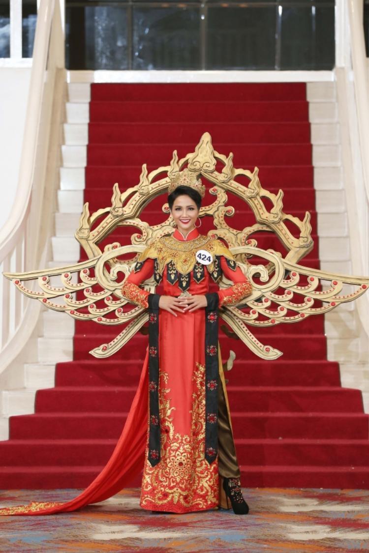 Với gam màu đỏ, vàng quê mùa cùng phần cánh và chi tiết trang trí cầu kì, bộ trang phục không giúp H'Hen Nie tỏa sáng.