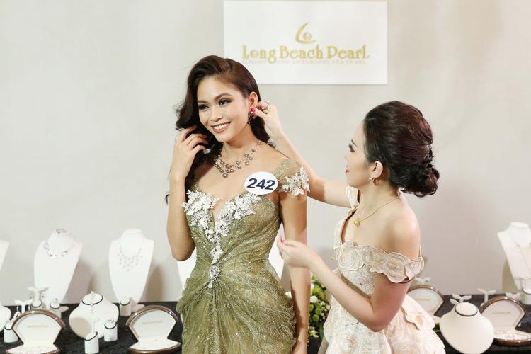 Kết hợp cùng kiểu tóc xoăn buông xõa nhẹ nhàng, trang sức cùng tông, quán quân Next Top Model đẹp đến nao lòng. Cô thật xứng đáng là một trong những thí sinh xuất sắc nhất của cuộc thi Hoa hậu Hoàn vũ Việt Nam 2017.