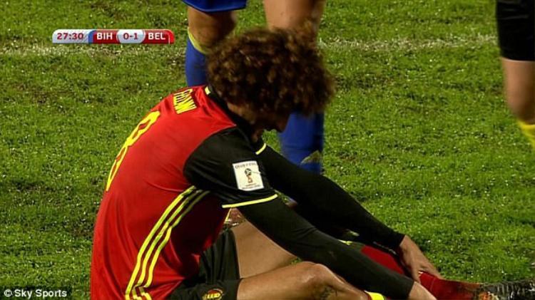 Fellaini dính chấn thương ở phút 28.