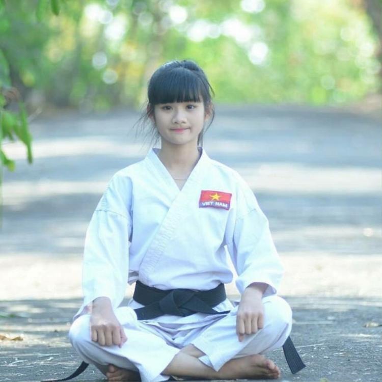 """Trong """"sự nghiệp"""" võ sinh của mình, Minh Anh giành được tổng cộng 16 HCV, 3 HCB, 5 HCĐ cấp tỉnh môn Karatedo ở nhiều hạng cân 30, 35, 40, 42, 45, 46, 48, 50, 52, 55 kg. Đặc biệt, cô nàng cũng xuất sắc giành được 2 HCĐ cấp quốc gia. Cô gái sinh năm 1999 trở thành một trong những gương mặt trẻ nổi bật, nhận được bằng khen của chủ tịch tỉnh Đắk Nông."""
