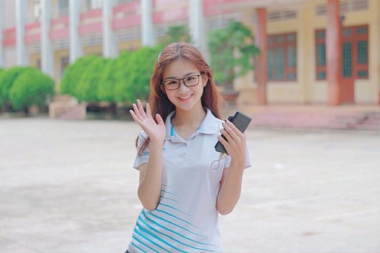 """Bùi Minh Anh - Nữ sinh viên năm 1 của trường Đại học Công Nghệ TP.HCM. Nhìn Minh Anh xinh xắn, nhí nhảnh, tính cách có phần dịu dàng và """"bánh bèo"""" này, ít ai nghĩ rằng cô từng là một VĐV Karateko của tỉnh với hàng chục huy chương giành được."""