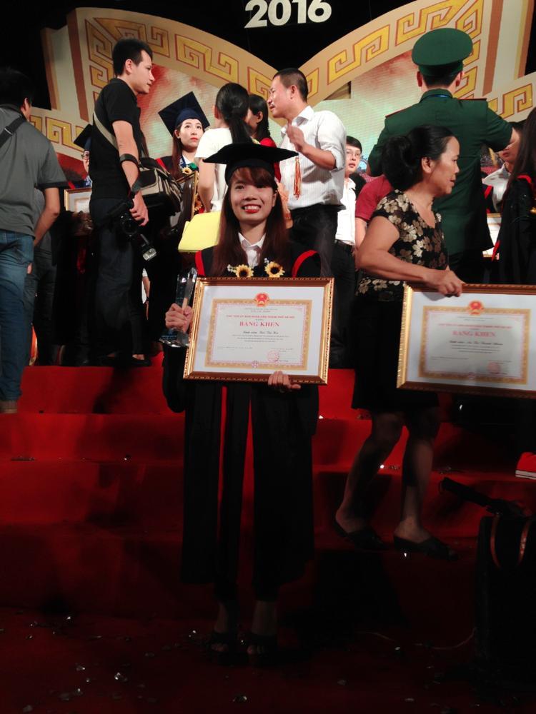 Hà là 1 trong 100 thủ khoa xuất sắc được vinh danh tại Văn Miếu - Quốc Tử Giám hồi tháng 8/2016.