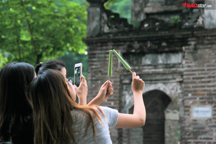 Nhiều bạn trẻ thích thú chụp ảnh với kem ống. Ảnh: Mai Anh.