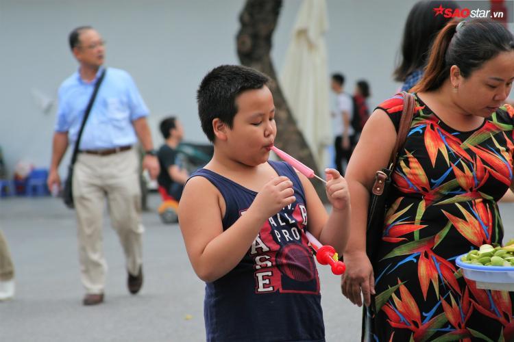 Các bạn nhỏ cũng rất thích ăn kem ống.