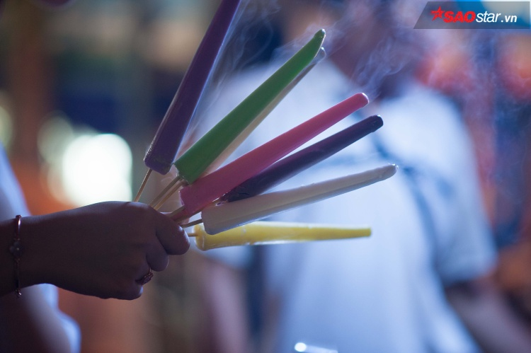 Những que kem nhỏ rực rỡ sắc màu và bốc khói vì lạnh.