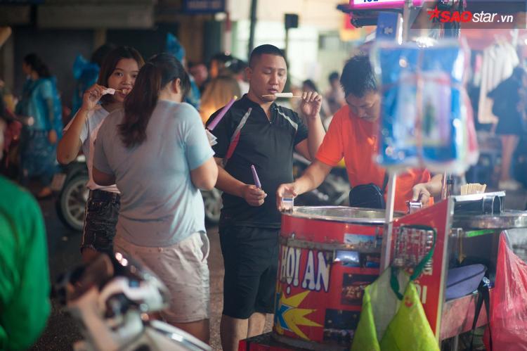 Xe kem ống tấp nập khách mua, ăn tại chỗ.