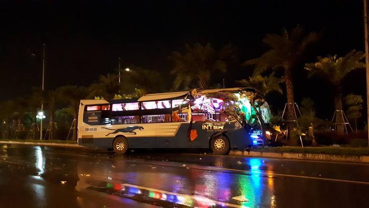 Đầu ô tô khách bị hư hỏng rất nặng sau tai nạn.