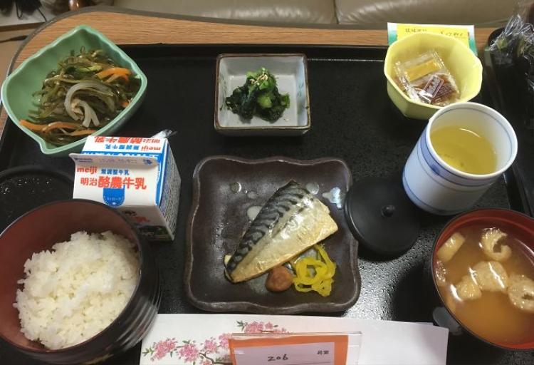 Cá thu, salad, súp miso, cơm trắng, sữa, trà xanh.