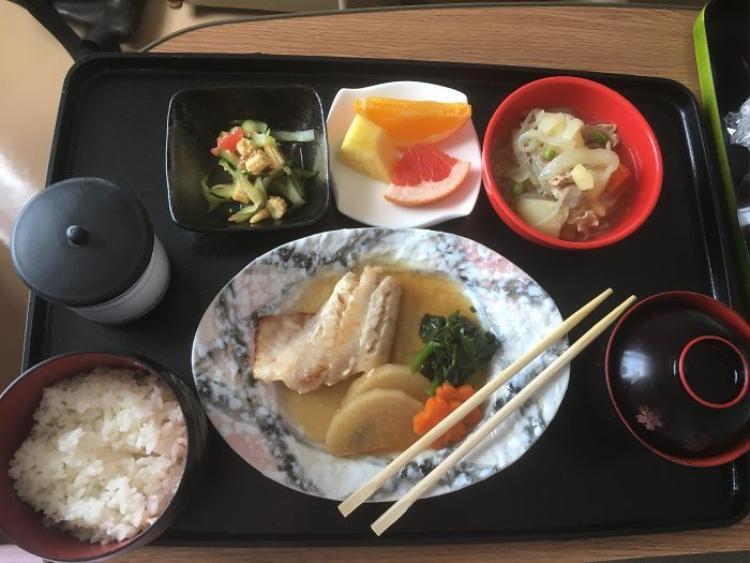 Thịt hầm khoai tây, salad dưa chuột và ngô non, cơm trắng, súp miso, trà xanh, trái cây.