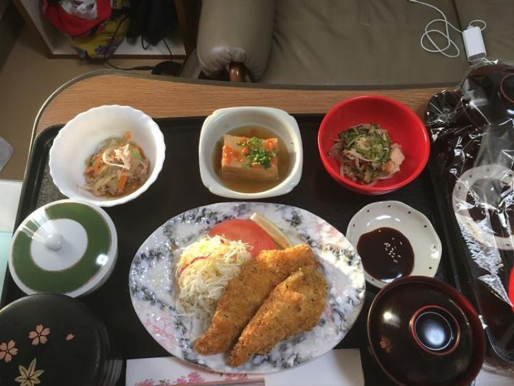 Thịt gà, sau bina, súp miso, cơm, salad, nước sốt.
