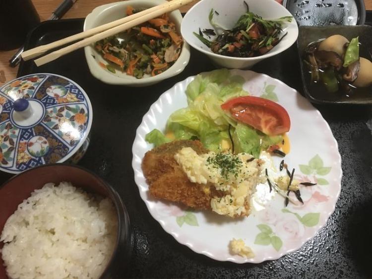 Cá chiên phủ nước sốt, khoai tây khiền, salad, sau bina, cà rốt xào, cơm trắng, trà xanh.