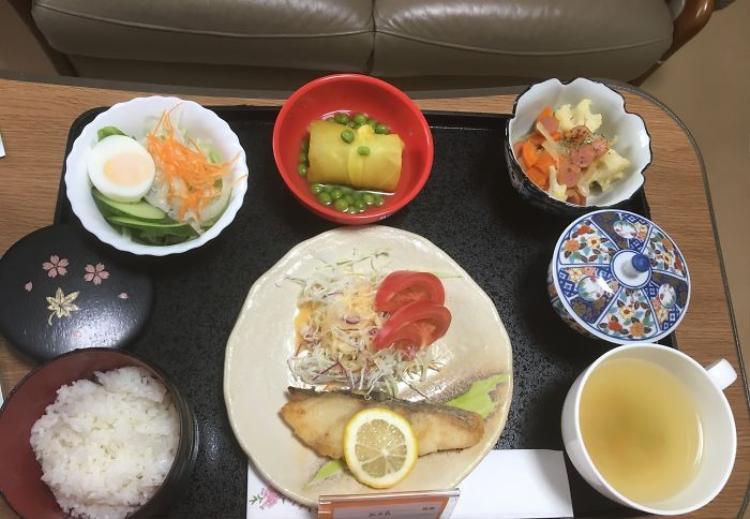 Cá tuyết, salad, khoai lang nấu cùng đậu Hà Lan, cơm trắng, trà xanh.