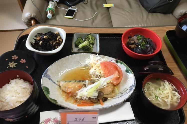 Cá hồi nước sốt nấm, canh mì soba, cơm trắng, cà tím xào thịt bò, bông cải xanh.