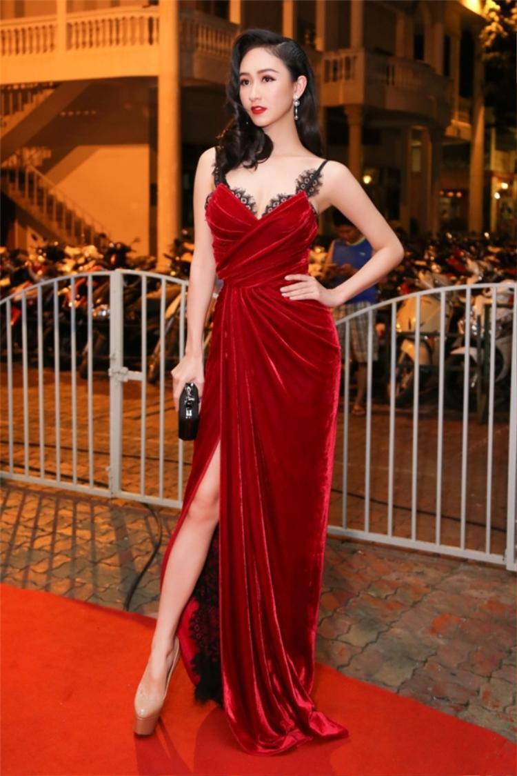 Dường như Hà Thu có vẻ rất chuộng những thiết kế của Lê Thanh Hòa khi cô tiếp tục có mặt trong danh sách này.
