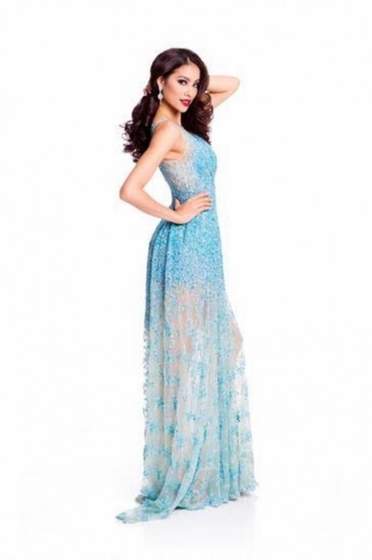 """Nàng """"Hoa hậu Quốc dân"""" dường như là tín đồ của những chiếc đầm mang thương hiệu Lê Thanh Hòa. Cô chọn bộ cánh này trong khuôn khổ cuộc thi Miss Universe 2015 tại Mỹ."""