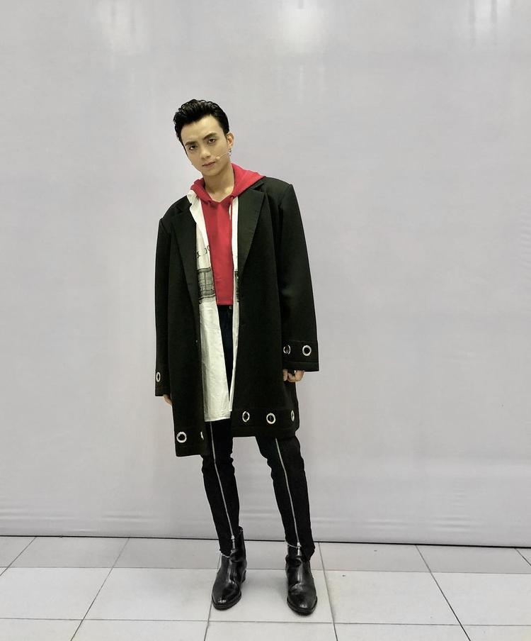 Ngồi ghế nóng HLV the Voice Kids, Soobin Hoàng Sơn cá tính với phong cách layer. Gam màu đen tạo sự mạnh mẽ, trẻ trung cùng những chi tiết khoen và dây kéo kim loại phối cùng giày boots mang đến outfit cá tính, năng động.
