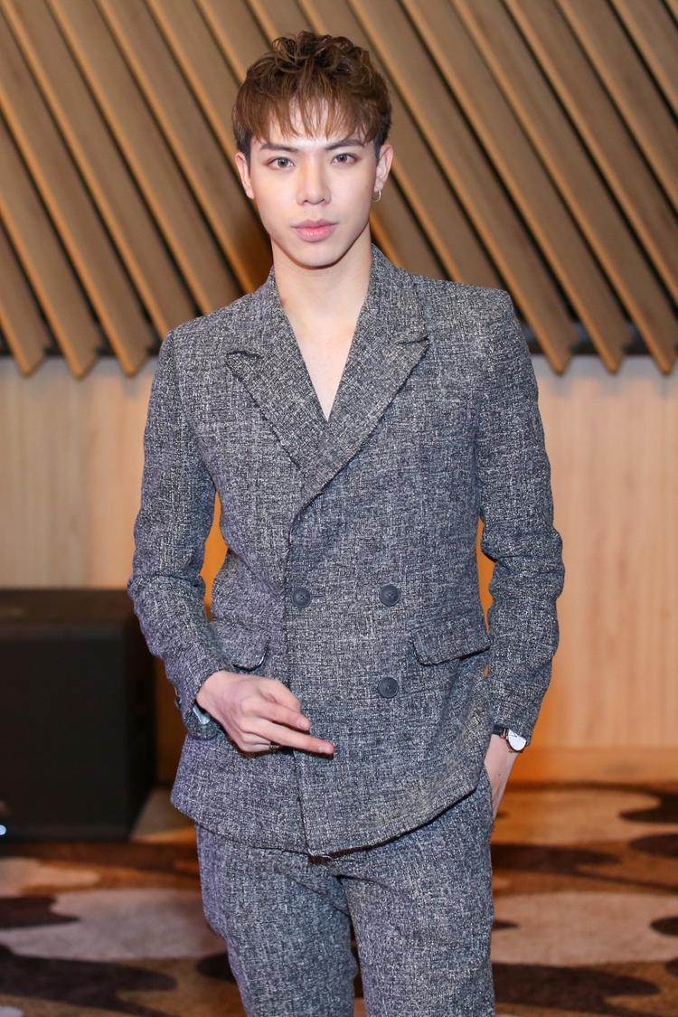 Cùng diện vest, nhưng Erik lại tạo nên cái nhìn rất nam tính trong cây vest chất liệu tweed. Gout thời trang của chàng ca sĩ sinh năm 1997 ngày càng được đánh giá là trưởng thành, chững chạc và thu hút hơn.