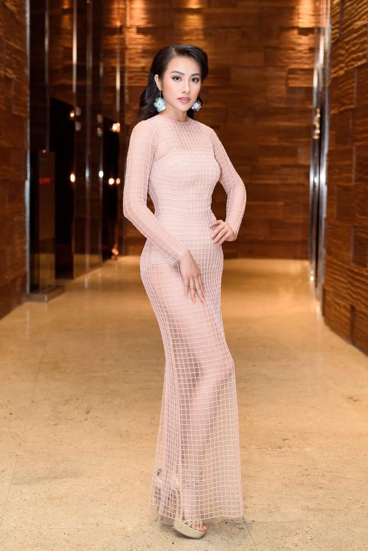 Diễn viên Trương Nhi khiến người đối diện không thể rời mắt khi diện thiết kế ôm sát gam màu hồng nude nữ tính. Để giữ đúng tinh thần đơn giản, tinh tế, cô giáo của phim Glee khéo léo sử dụng độc nhất phụ kiện hoa tai sequin trong suốt. Lối make up tự nhiên, kiểu tóc xoăn tôn nét sang trọng.