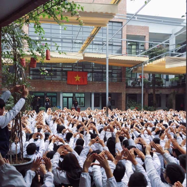 Hàng nghìn học sinh hát đồng thanh.