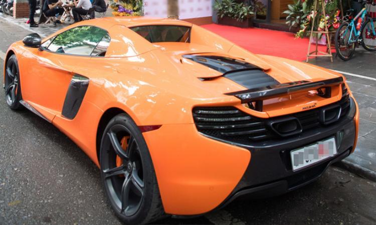 Chiếc siêu xe màu cam nổi bật cả góc phố.