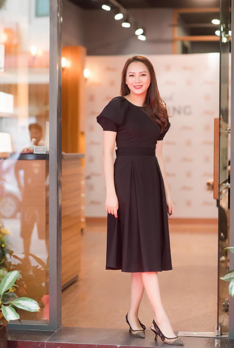 Siêu mẫu Ngọc Thạch kín đáo trong bộ váy đen thanh lịch.