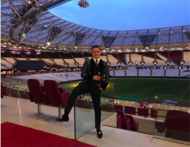 Anh chàng khoe lối sống xa xỉ khi một mình một sân vận động.