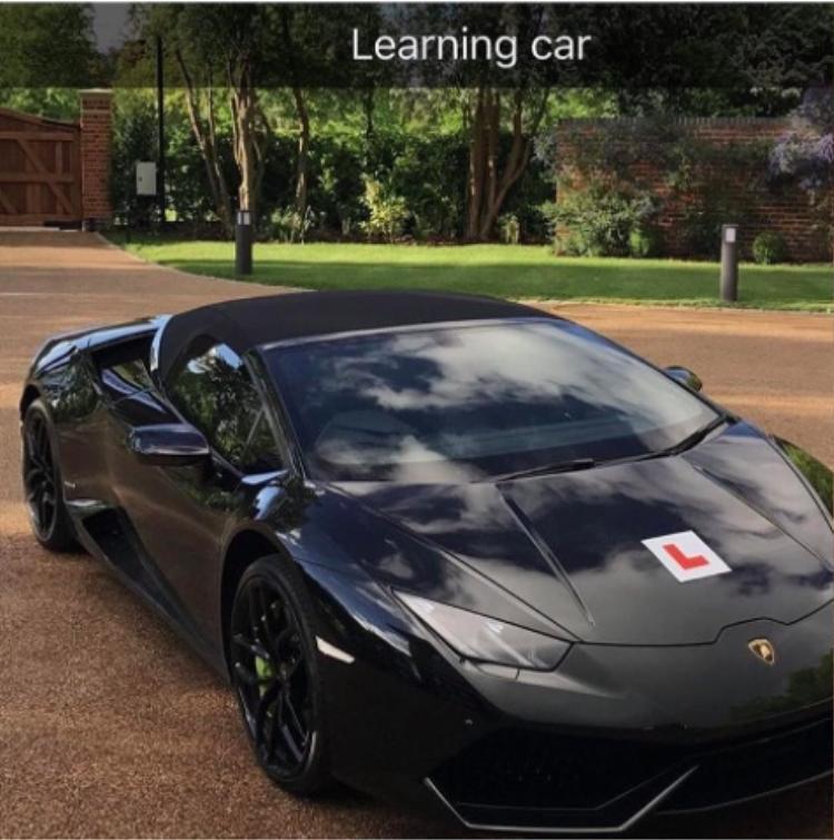 Đến đi học lái xe cũng phải dùng xe sang mới chịu.